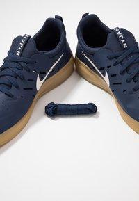 Nike SB - NYJAH FREE - Skateschuh - midnight navy/summit white/light brown - 5