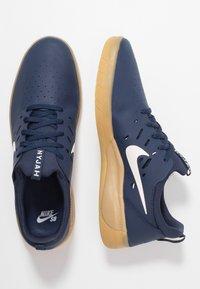 Nike SB - NYJAH FREE - Skateschuh - midnight navy/summit white/light brown - 1