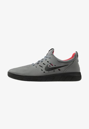 NYJAH FREE - Skateschuh - dark grey/black/gym red