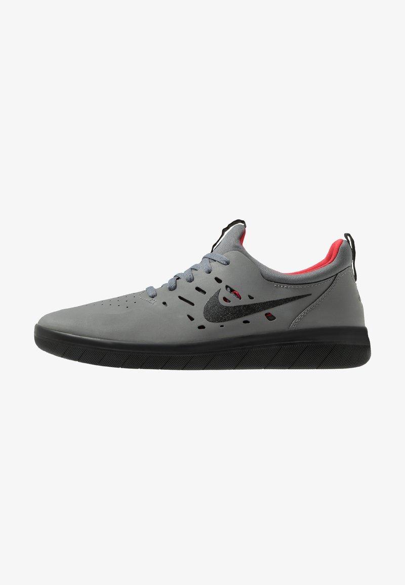 Nike SB - NYJAH FREE - Zapatillas skate - dark grey/black/gym red