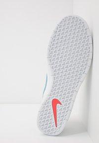 Nike SB - TEAM CLASSIC - Skateschoenen - summit white/cerulean/white/laser crimson - 4