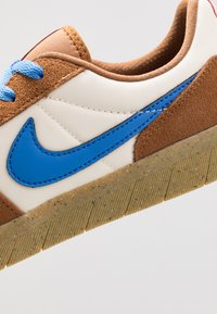 Nike SB - TEAM CLASSIC - Obuwie deskorolkowe - light british tan/pacific blue/pale ivory/bright crimson/light brown - 5