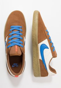 Nike SB - TEAM CLASSIC - Obuwie deskorolkowe - light british tan/pacific blue/pale ivory/bright crimson/light brown - 1