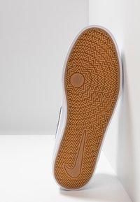 Nike SB - CHARGE  - Matalavartiset tennarit - white - 4