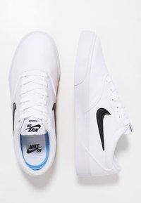 Nike SB - CHARGE  - Sneakersy niskie - white - 1
