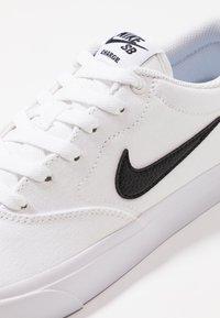 Nike SB - CHARGE  - Sneakersy niskie - white - 5
