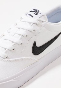 Nike SB - CHARGE  - Matalavartiset tennarit - white - 5