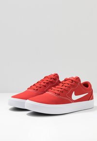 Nike SB - CHARGE  - Sneakers laag - mystic red/white/light brown - 2