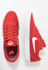 Nike SB - CHARGE  - Sneakers laag - mystic red/white/light brown - 1