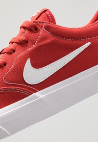 Nike SB - CHARGE  - Sneakers laag - mystic red/white/light brown - 5