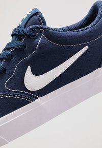 Nike SB - CHARGE  - Baskets basses - midnight navy/white/light brown - 5
