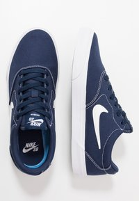 Nike SB - CHARGE  - Baskets basses - midnight navy/white/light brown - 1