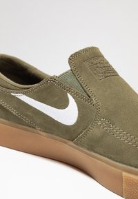 Nike SB - ZOOM JANOSKI - Instappers - medium olive/white/light brown/photo blue/hyper pink - 5
