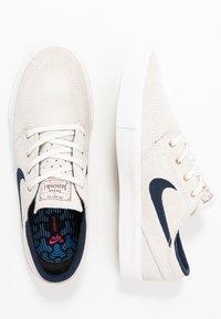 Nike SB - ZOOM JANOSKI - Sneakers laag - summit white/obsidian/team red/light brown - 1