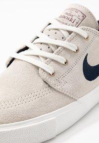 Nike SB - ZOOM JANOSKI - Sneakers laag - summit white/obsidian/team red/light brown - 5