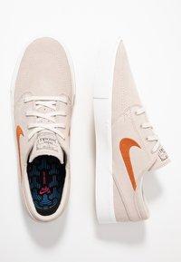 Nike SB - ZOOM JANOSKI - Sneakers laag - desert sand/dark russet/summit white/light brown/photo blue/hyper pink - 1