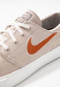Nike SB - ZOOM JANOSKI - Sneakers laag - desert sand/dark russet/summit white/light brown/photo blue/hyper pink - 5