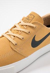 Nike SB - ZOOM JANOSKI - Sneakers laag - celestial gold/anthracite/summit white/light brown/photo blue/hyper pink - 5