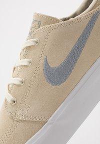 Nike SB - ZOOM JANOSKI - Sneakers laag - fossil/obsidian mist/midnight navy - 6