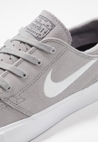 Nike SB - ZOOM JANOSKI - Sneaker low - atmosphere grey/white/dark grey/light brown/photo blue/hyper pink - 5