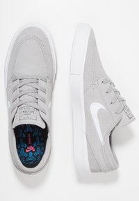 Nike SB - ZOOM JANOSKI - Sneaker low - atmosphere grey/white/dark grey/light brown/photo blue/hyper pink - 1