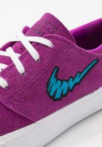 Nike SB - ZOOM JANOSKI - Sneakers laag - vivid purple/laser blue/black/light brown - 5