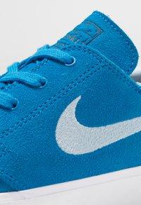 Nike SB - ZOOM JANOSKI - Sneakers laag - light photo blue/light armory blue/black/photo blue/hyper pink - 5