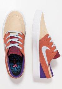 Nike SB - ZOOM JANOSKI - Sneakers laag - desert ore/light armory blue/dusty peach/team red/court purple/light brown - 1