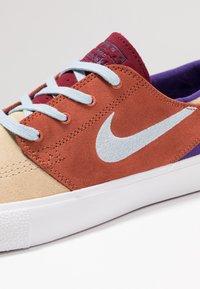 Nike SB - ZOOM JANOSKI - Sneakers laag - desert ore/light armory blue/dusty peach/team red/court purple/light brown - 5