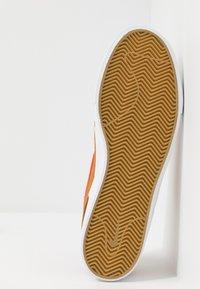 Nike SB - ZOOM JANOSKI - Sneakers laag - light british tan/mystic red/white/gum light brown - 4