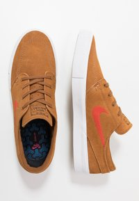 Nike SB - ZOOM JANOSKI - Sneakers laag - light british tan/mystic red/white/gum light brown - 1