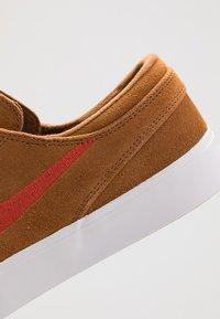 Nike SB - ZOOM JANOSKI - Sneakers laag - light british tan/mystic red/white/gum light brown - 5