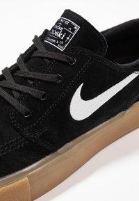 Nike SB - ZOOM JANOSKI - Skate shoes - black/white/light brown/photo blue/hyper pink - 5