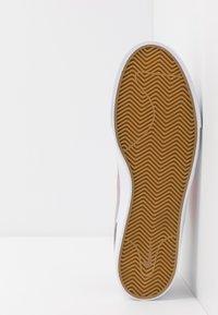 Nike SB - ZOOM JANOSKI - Sneakers laag - atmosphere grey/bright crimson/white/gum light brown - 4