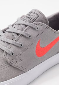 Nike SB - ZOOM JANOSKI - Sneakers laag - atmosphere grey/bright crimson/white/gum light brown - 5