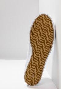 Nike SB - ZOOM JANOSKI - Matalavartiset tennarit - white/light brown/black/photo blue/hyper pink - 4