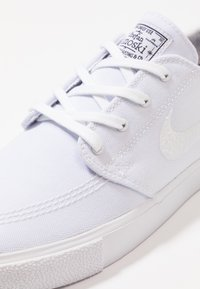 Nike SB - ZOOM JANOSKI - Matalavartiset tennarit - white/light brown/black/photo blue/hyper pink - 5