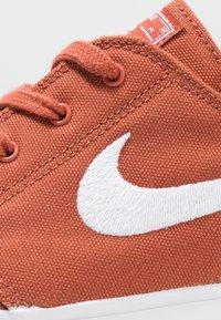 Nike SB - ZOOM JANOSKI - Sneakers laag - dusty peach/white/black/photo blue/hyper pink - 5