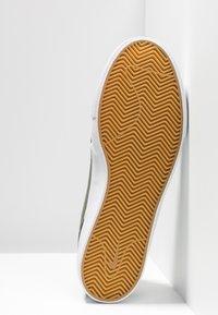 Nike SB - ZOOM JANOSKI - Sneakers laag - medium olive/white/campfire orange/black/photo blue/hyper pink - 4