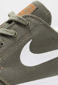 Nike SB - ZOOM JANOSKI - Sneakers laag - medium olive/white/campfire orange/black/photo blue/hyper pink - 5