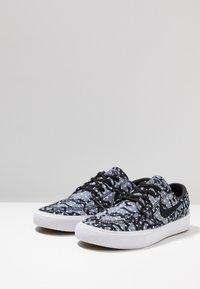 Nike SB - ZOOM JANOSKI - Sneakers laag - black/white/vast grey/light brown/multicolor - 2