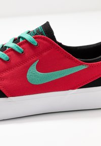 Nike SB - ZOOM JANOSKI - Sneakers laag - black/true green/atom red/white/true green - 5