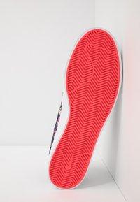 Nike SB - ZOOM JANOSKI PRM - Sneakers laag - black/laser crimson - 4