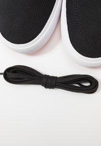Nike SB - ZOOM JANOSKI PRM - Sneakers laag - black/laser crimson - 5