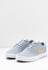 Nike SB - CHRON SLR - Sneakers laag - obsidian mist/club gold/white - 2