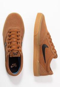 Nike SB - CHRON SLR - Sneakers laag - light british tan/black/light brown - 1