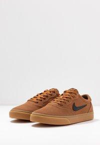 Nike SB - CHRON SLR - Sneakers laag - light british tan/black/light brown - 2
