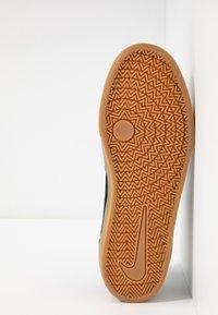Nike SB - CHRON SLR - Sneakers laag - black/white/light brown - 4