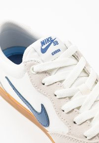 Nike SB - CHRON - Skate shoes - sail/mystic navy/light brown - 5