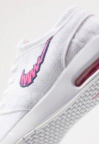 Nike SB - AIR MAX JANOSKI 2 - Sneakers laag - white/watermelon/midnight navy - 5